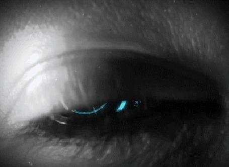 Фото Женский глаз с вращающимся зрачком