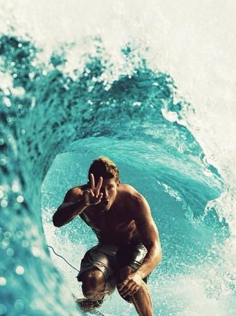 Фото Мужчина серфингист внутри океанской волны, поднял в приветствии два пальца руки