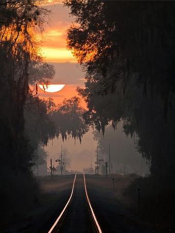 Фото Железная дорога, ведущая к закату