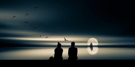 Фото Парень с девушкой сидят у моря, где дрейфует корабль на фоне луны, вуMarek Czaja