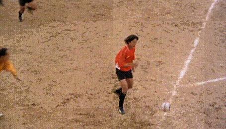 Фото Акробатические трюки одного из футболистов приносят его команде победу, кинофильм Убойный футбол (оригинальное название — «Шаолиньский футбол») / Shaolin Soccer