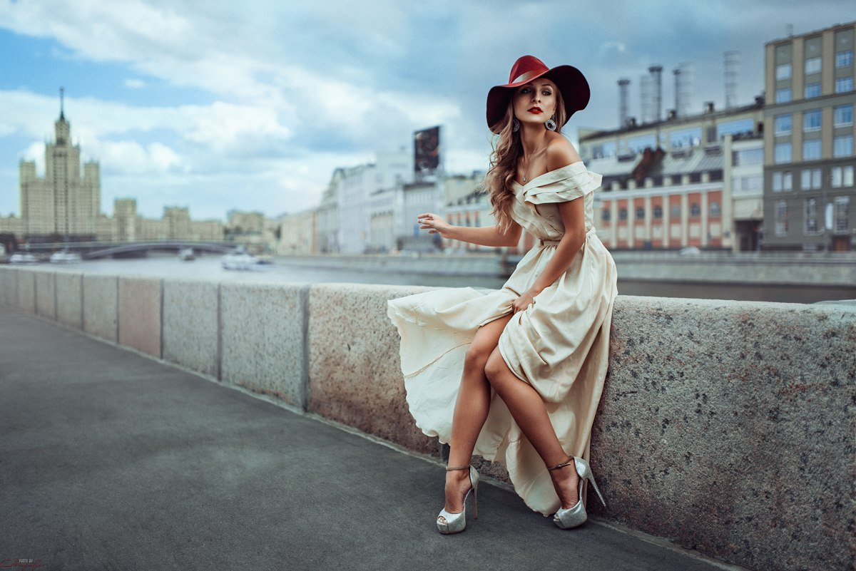 foto-devushek-v-platyah-na-ulitse