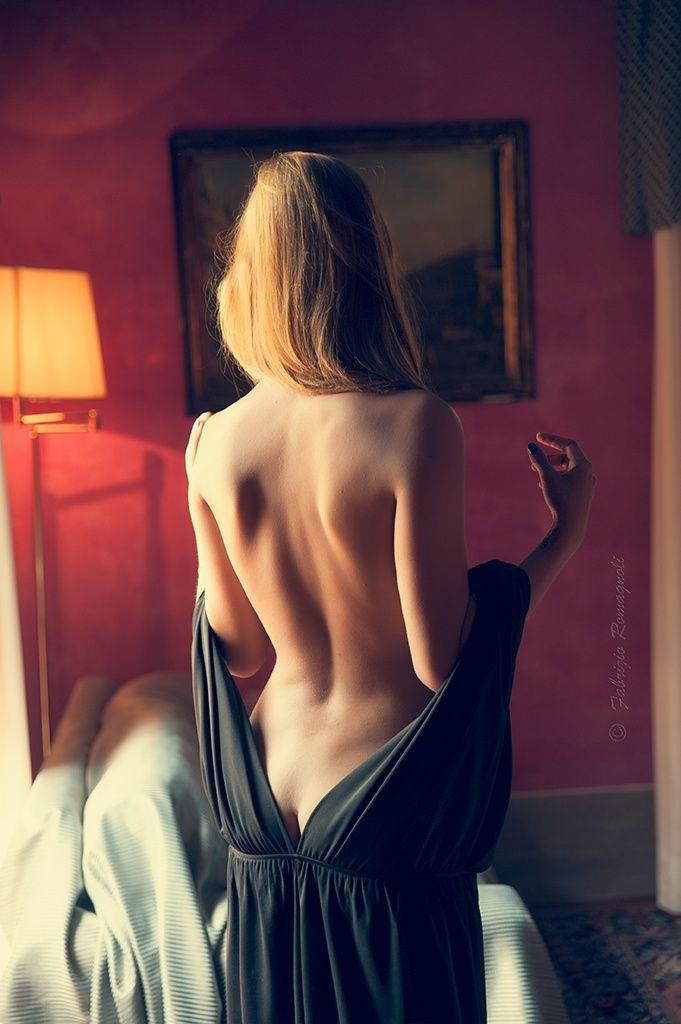 Девушка снимает с себя красивое платье