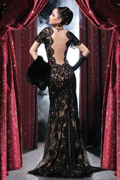 Фото Девушка в кружевном вечернем платье с меховой муфтой на руке