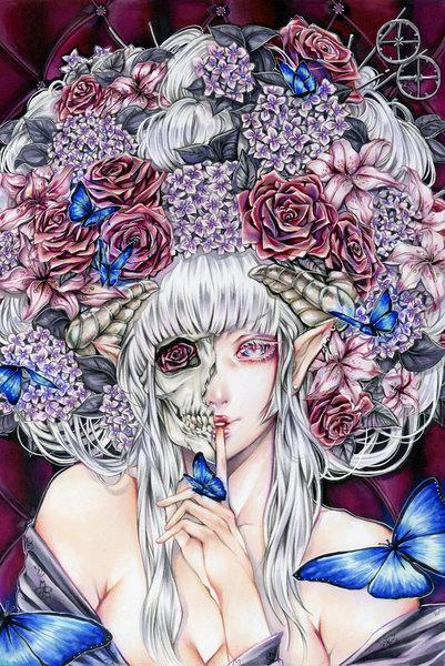 Фото Девушка - эльф с пышной прической из цветов, половина лица которой мертвая, половина живая с цветком вместо глаза, приложила указательный палец к губам, на руке сидит бабочка