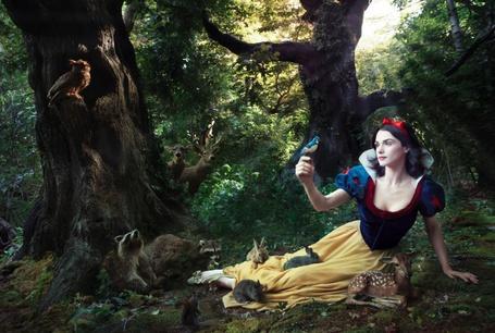 Фото Rachel Weisz / Рэйчел Вайс в роли Белоснежки сидит в лесу с животными и птицами, сказка Белоснежка, фэшн-фотограф Энни Лейбовиц