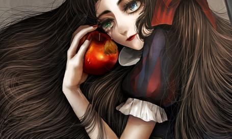 Фото Плачущая Snow White / Белоснежка держит в руке яблоко, из сказки Snow White and the Seven Dwarfs / Белоснежка и семь гномов в стиле манги