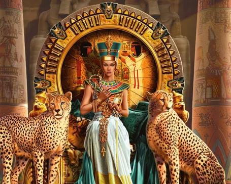 Фото Нарисованная Нефертити / Nefertiti сидит на троне, возле нее сидят два леопарда