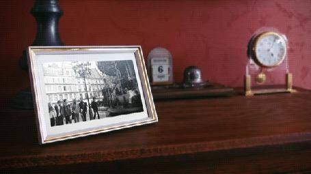 Фото Фотография на столе, на которой изображены люди на карусели (© ВалерияВалердинова), добавлено: 08.10.2014 10:33
