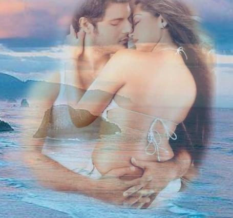 Фото Двое влюбленных обнимают друг друга, на фоне моря, гор и неба