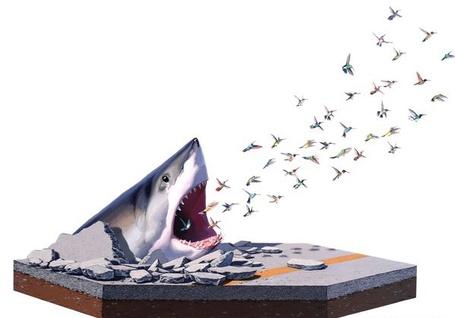 Фото Из громадной, усеянной острыми зубами пасти белой акулы, взломавшей лед и высунувшейся с асфальта, вылетает стая разноцветных крохотных птичек колибри, американский художник Josh Keyes