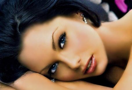 Фото Джессика Джейн Клемент / Jessica Jane Clement, после замужества — Стаффорд / Stafford — британская модель, актриса и телеведущая положила голову на руки и смотрит синими глазами