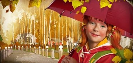 Фото Рыжая девочка Осень стоит на мокрой аллее, проходящей вдоль осенней березовой рощи, одетая в курточку, со школьным рюкзачком за плечами, улыбается и держит зонт, с прилипшими к нему мокрыми желтыми осенними листьями. Иллюстрация фрилансера Татьяны Дорониной