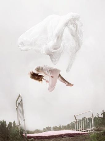 Фото Девушка парит в воздухе над кроватью на фоне неба, by Майи Флор