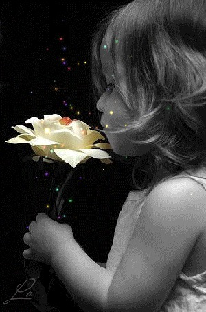 Фото Милая девочка с цветочком в руках