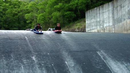 Фото Серфингисты на досках соревнуются в спуске по каналу