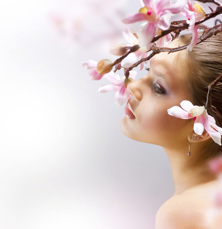 Фото Девушка с ветками цветущей яблони на голове