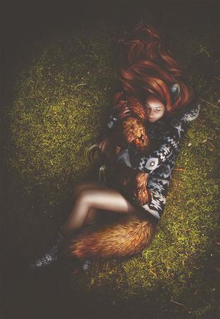 Фото Девушка-лисичка лежит на спине, с петухом в руках, art by kidy-kat