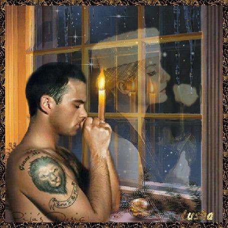 Фото Мужчина с тату льва на плече стоит у окна, закрыв глаза, в молитве о своей женщине, образ которой c белой розой в руке виден на стекле. Внизу надпись lusha