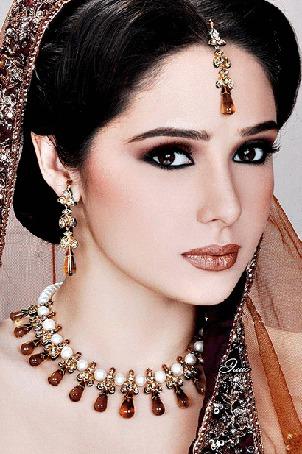 Фото Девушка в индийском наряде и с украшениями, водит влево и вправо зрачками карих глаз, Элис