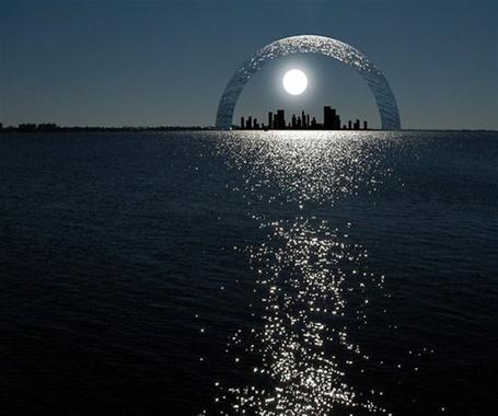 Фото Водяная арка над ночным городом на берегу моря. Фотограф Питер Холм (Peter Hplme III)