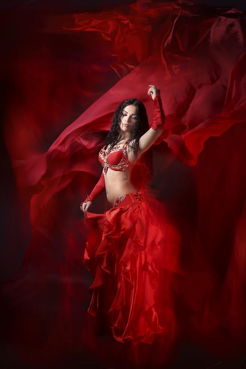 Анимация девушка танцует в красном платье