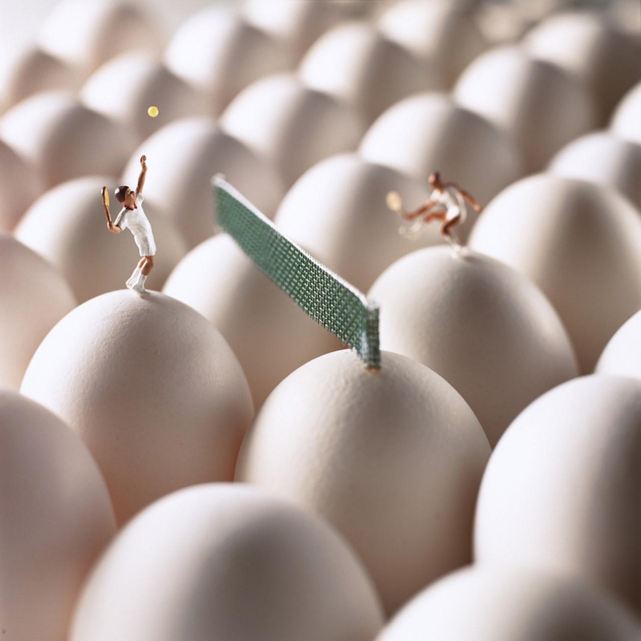 Фото Фигурки людей, играющих в теннис на куриных яйцах