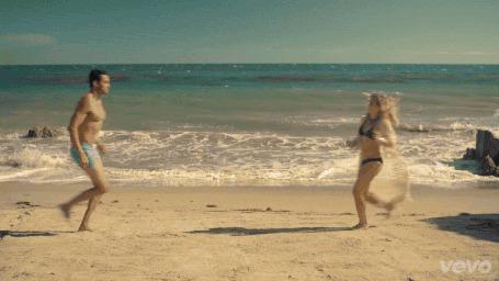 Фото Девушка, закрыв глаза, представляет в мечтах, как она бежит по пляжу навстречу любимому мужчине и в этот момент встречается со стеклянной перегородкой в офисе (vevo)
