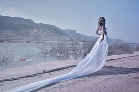 Фото Девушка в длинном белом платье стоит на фоне природы, фотограф eduartbrush