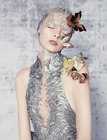 Фото Девушка с бабочками на лице, голове и плече