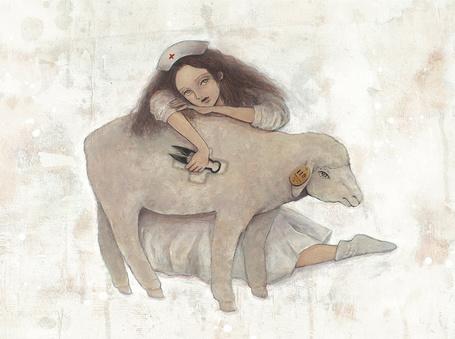 Фото Девушка в одежде медсестры и белая овца