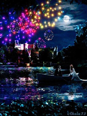 Фото Влюбленная пара катается на лодке возле набережной ночного города, в небе над которым сверкает разноцветный салют и висит полная Луна, автор Akela 73