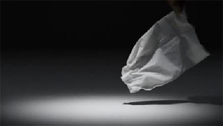 Фото Рука берет листок бумаги и он превращается в птицу