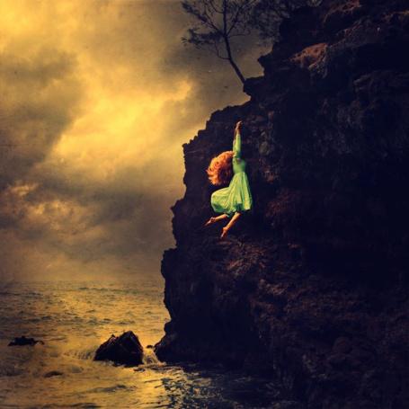 Фото Девушка держится за скалу, ву Brooke Shaden