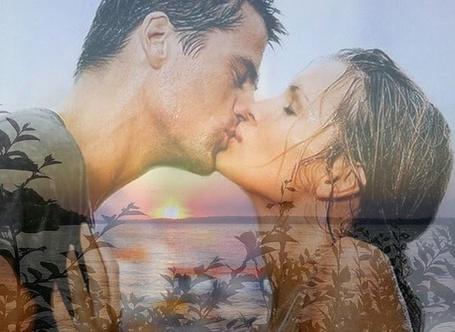 Фото Силуэт целующихся девушки и парня, на фоне зарослей на берегу моря с красивым закатом Солнца
