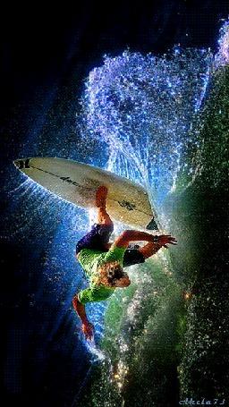 Фото Серфингист cтоя на доске ловит волну, автор Akela 73