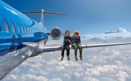 Фото Дети сидят на крыле самолета, арт - фотограф Адриан Соммелинг