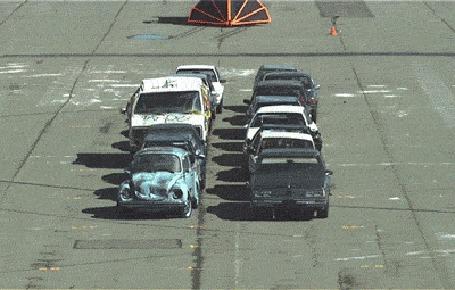 Фото Машина с навешанными на капоте листами брони сминает и разбрасывает в разные стороны два ряда авто