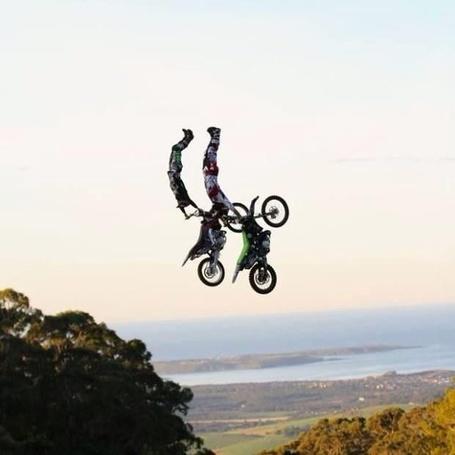 Фото Два мотоциклиста в воздухе