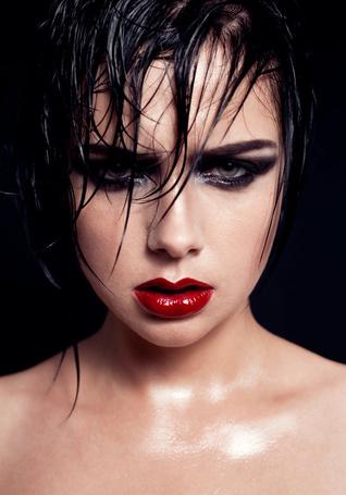 Фото Девушка с ярким макияжем