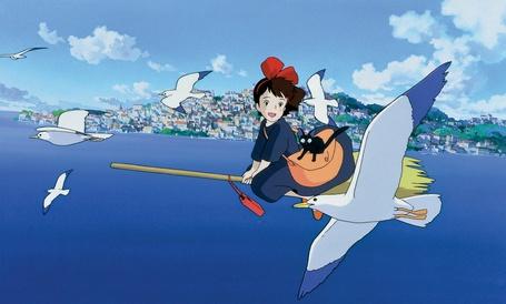Фото Кики / Kiki и Джи-Джи / Jiji из аниме Kikis delivery service / Ведьмина служба доставки, летит с котом на метле на морем в окружении чаек