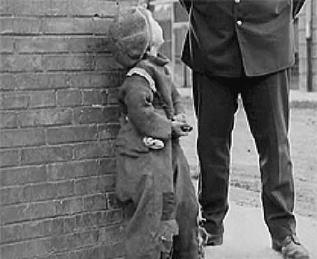 Фото К мальчику подходит полицейский