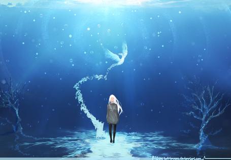 Фото Светловолосая девушка под водой