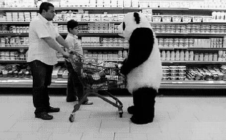 Фото Человек в костюме панды опрокидывает корзину с продуктами в магазине