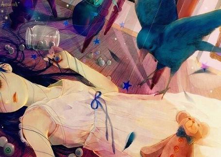 Фото На девушку, лежащую на полу, садится птица