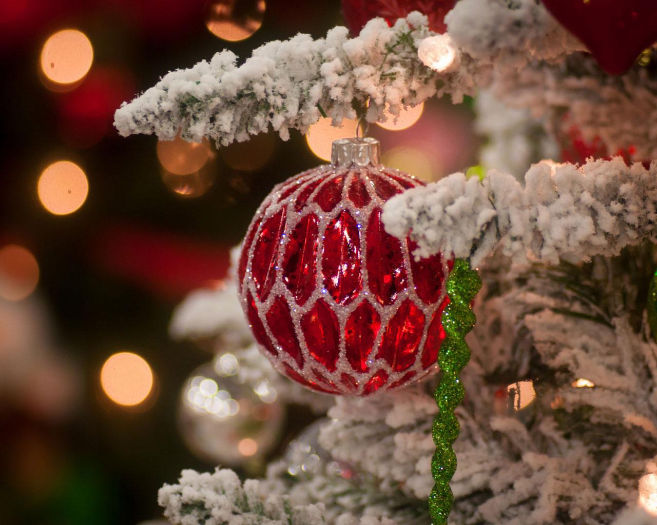 Ёлка и новогодние шары на ней