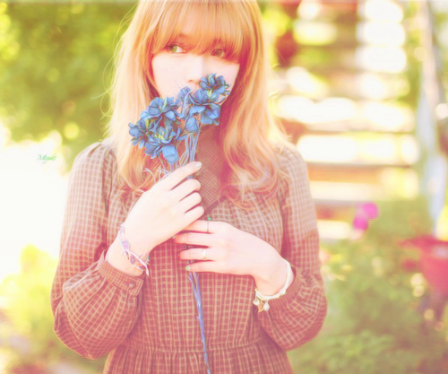 Фото Девушка с букетом синих цветов
