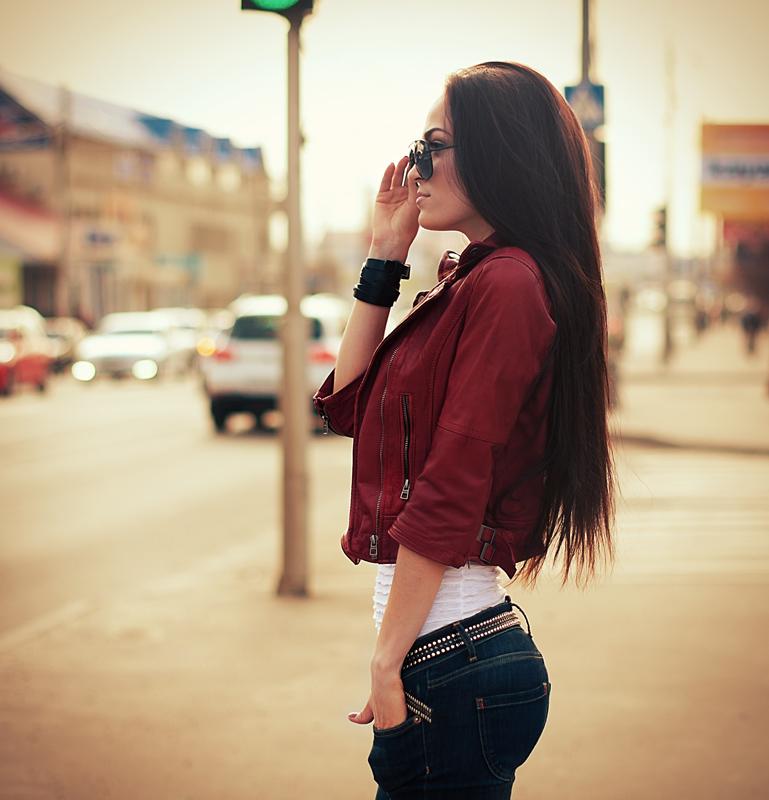 Фото Девушка в очках стоит на улице города