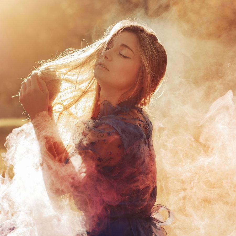Девушка с дымом