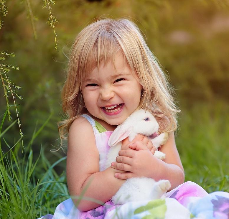 Радостная картинка смешной девочки, для ветеранов